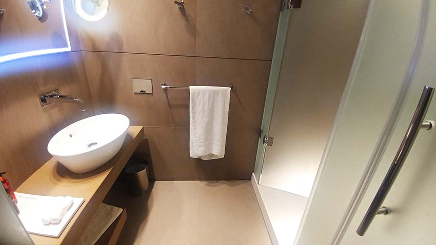 mini bathrooms Al Mourjan lounge Doha